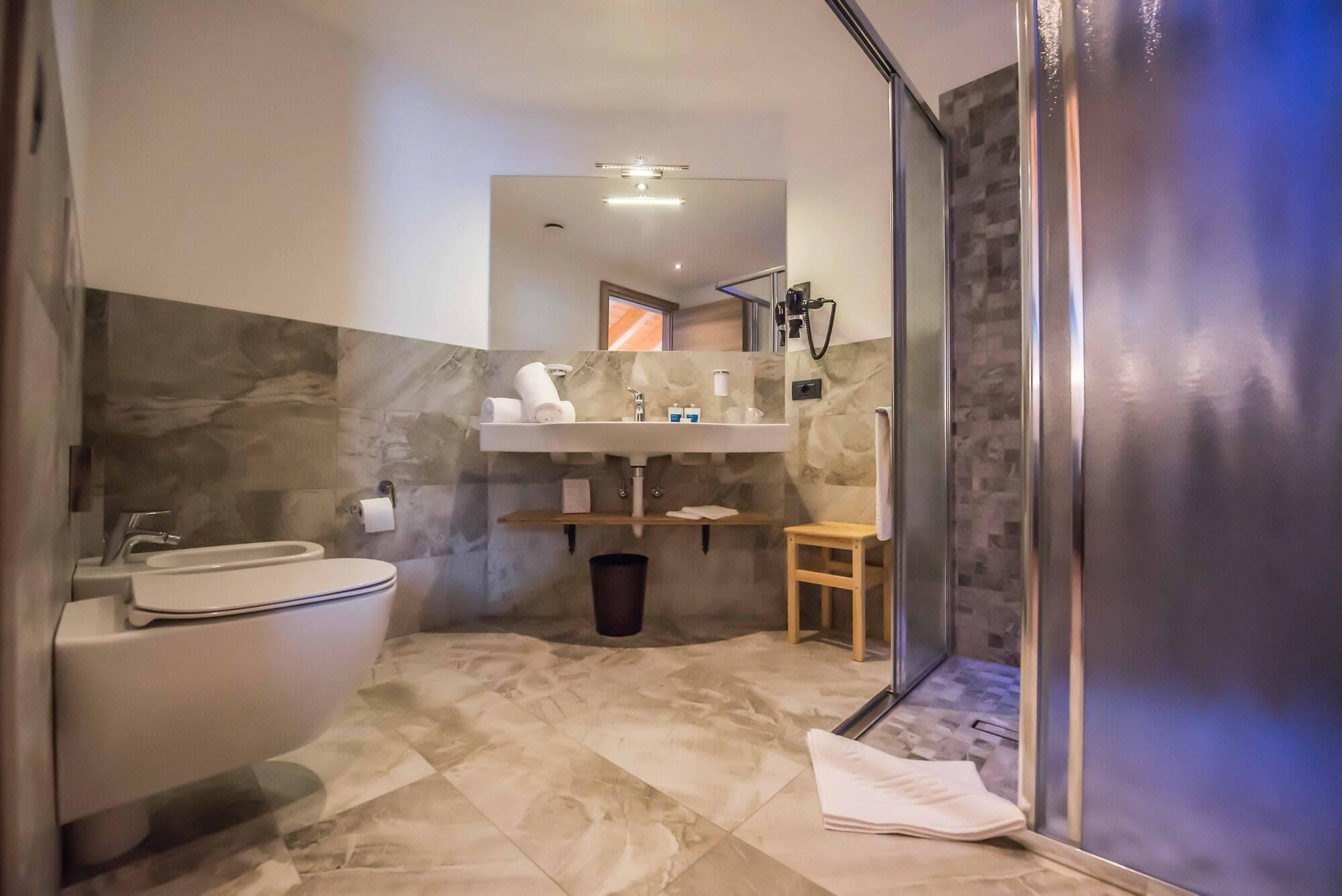 Bagno con doccia nella Junior Suite: Hotel Le Alpi