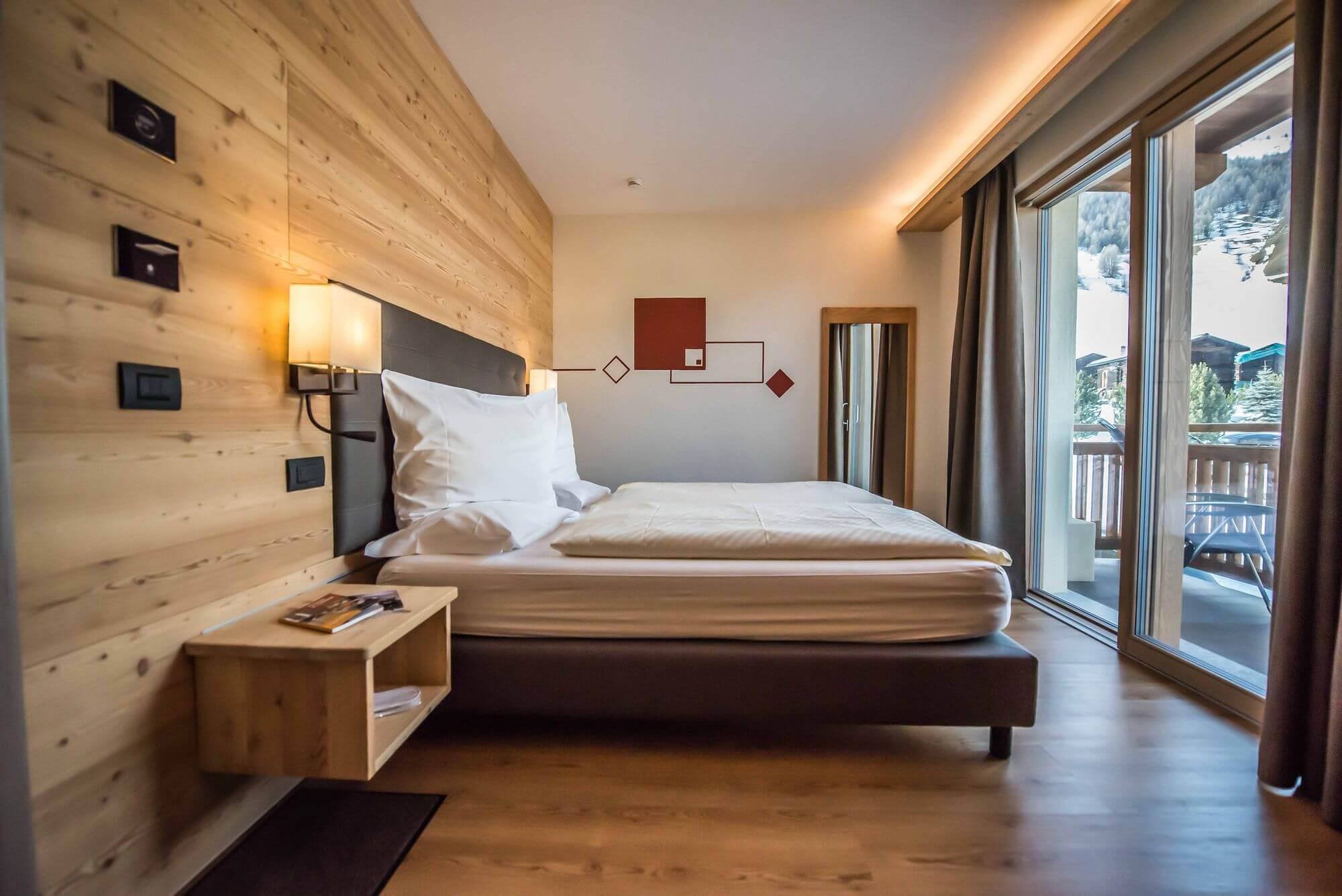 Stanza con pareti in legno: Hotel Le Alpi a Livigno