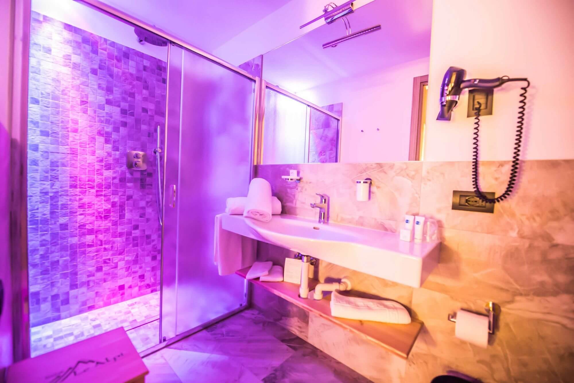 Doccia con luci colorate rilassanti: Hotel Le Alpi a Livigno