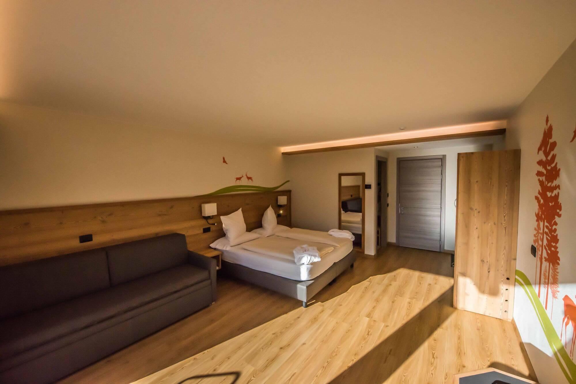 Junior Suite con letto matrimoniale e divano: Hotel Le Alpi