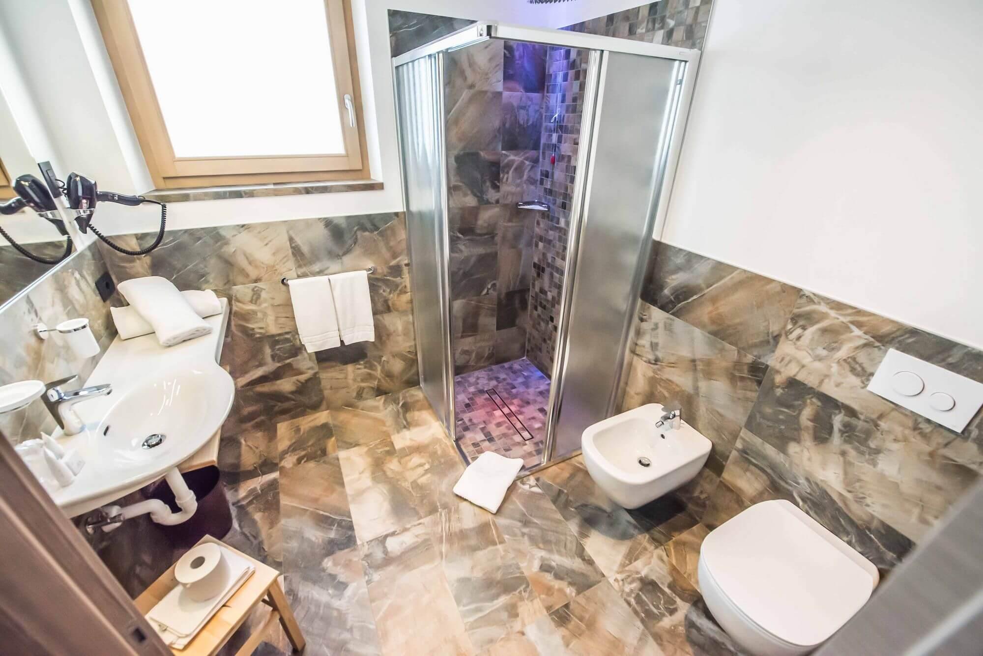 Vista dall'alto sul bagno: Junior Suite dell'Hotel Le Alpi