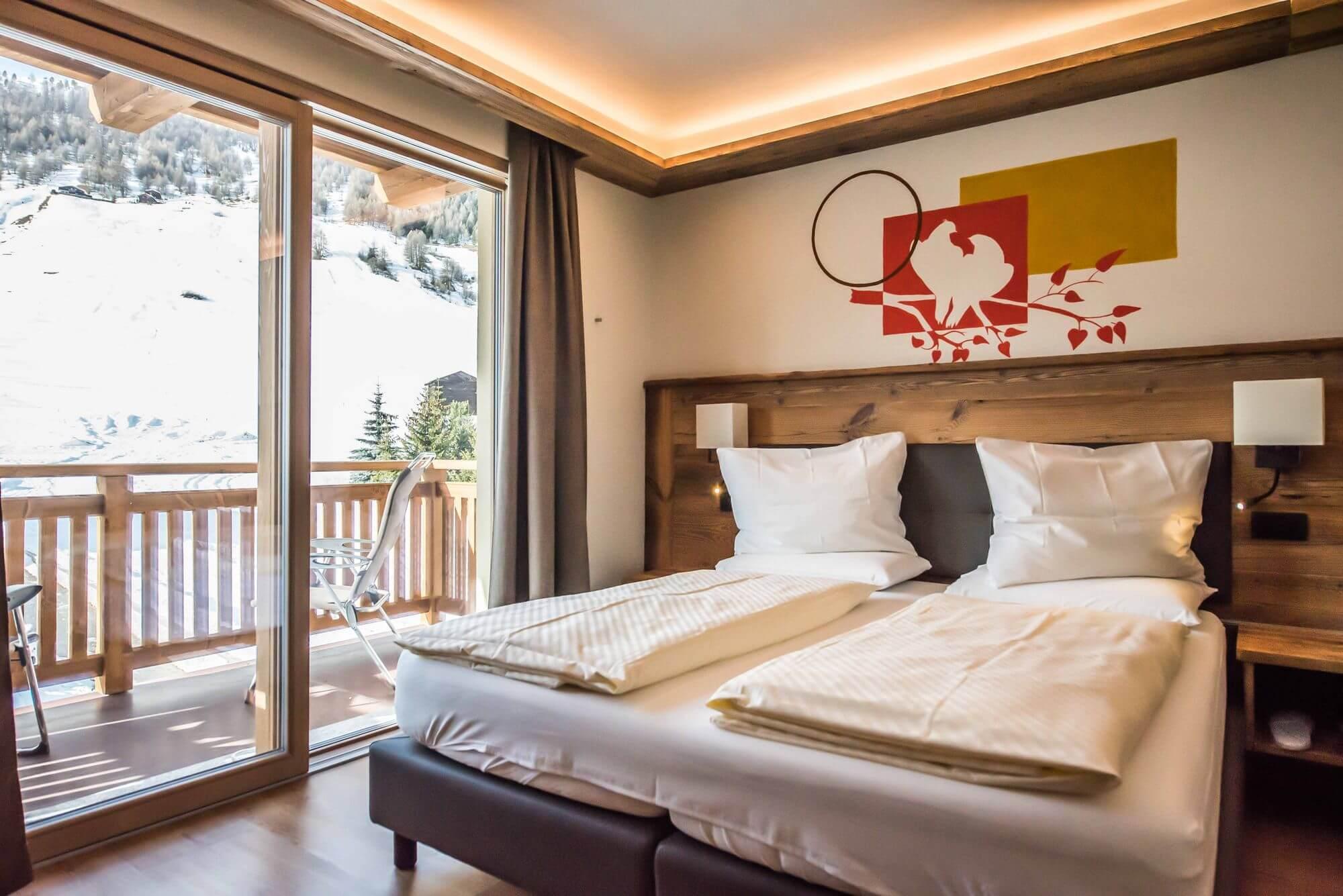 Camera luminosa con letto matrimoniale: Hotel Le Alpi a Livigno