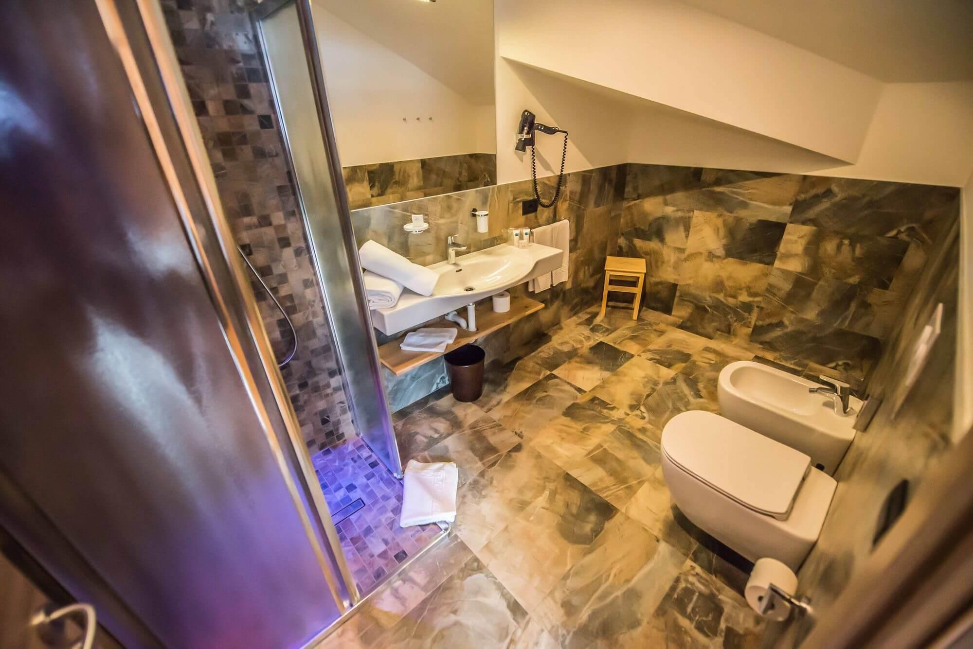 Bagno con doccia nella Suite dell'Hotel Le Alpi a Livigno