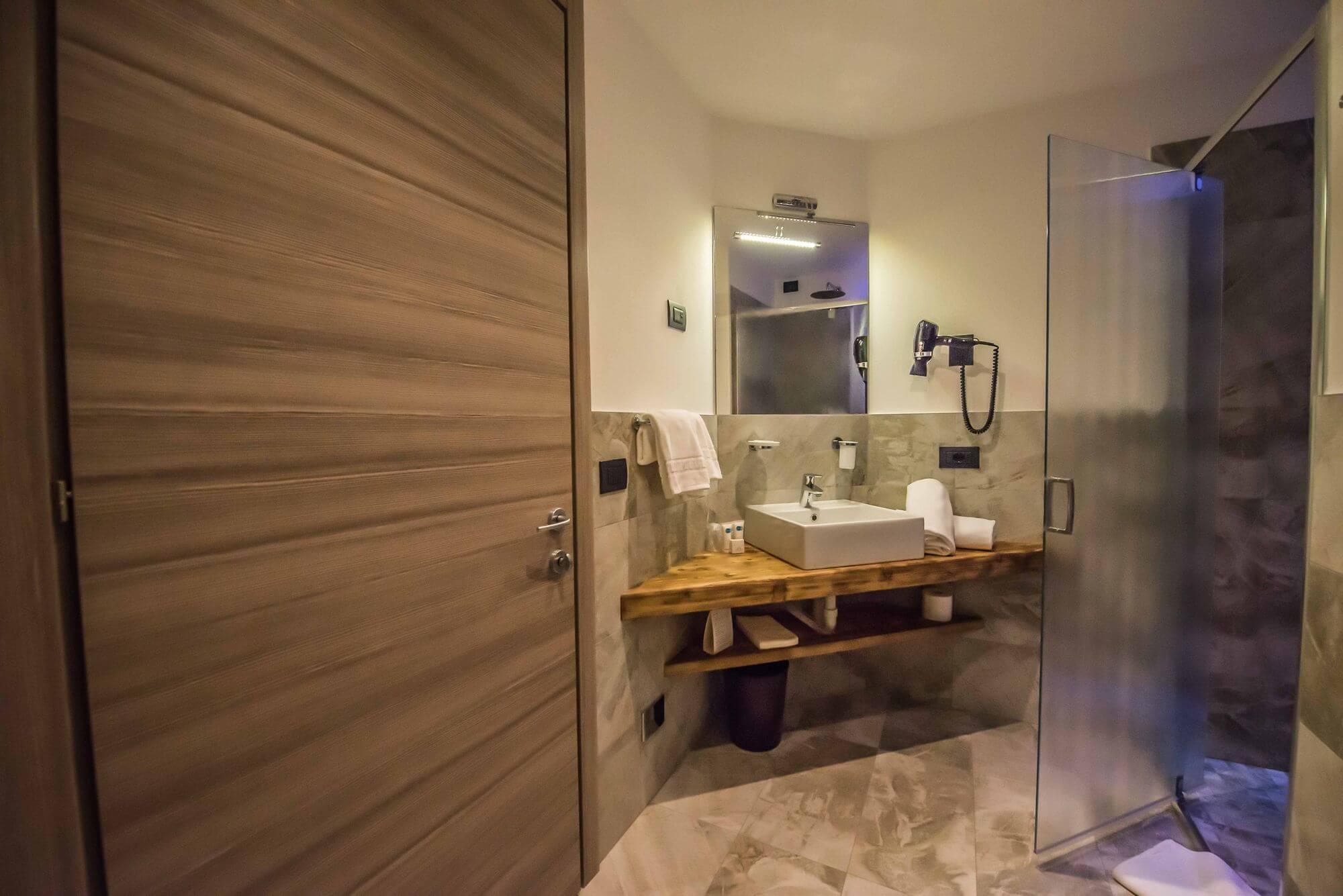Ampio bagno con doccia: Hotel Le Alpi a Livigno