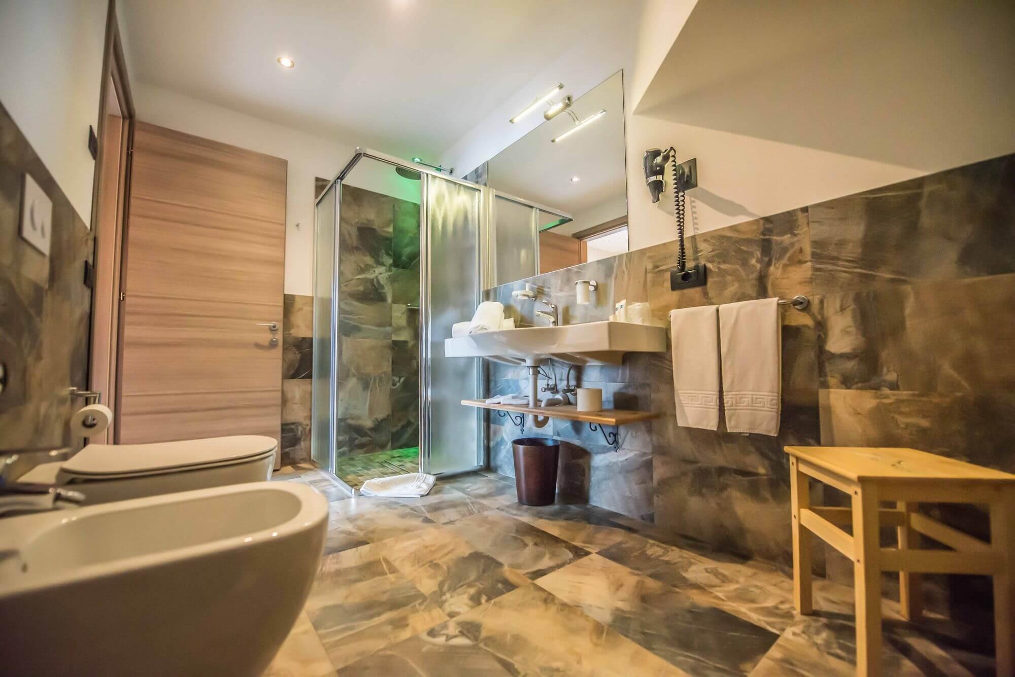 Bagno con doccia emozionale: Suite Hotel Le Alpi a Livigno