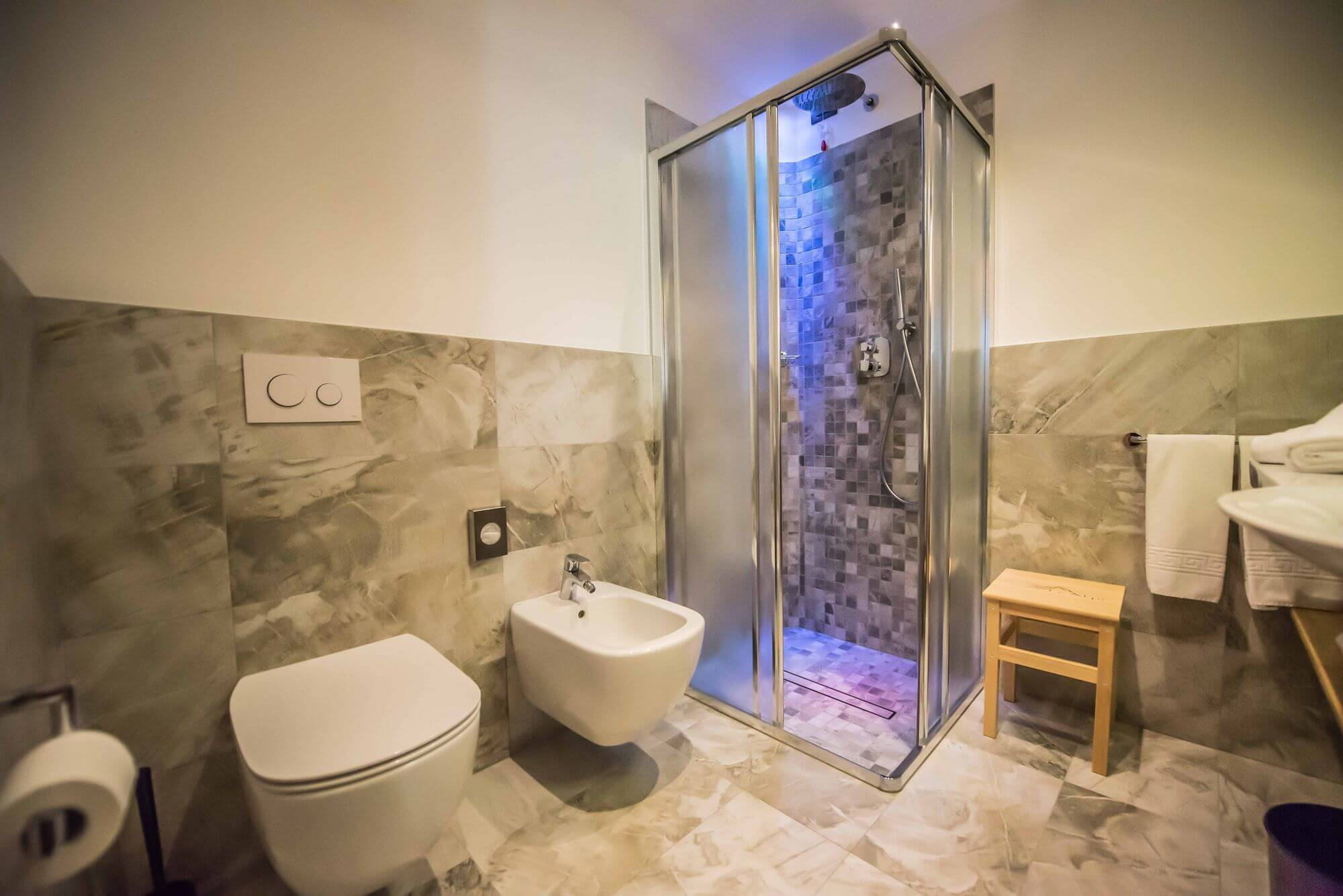 Bagno con luci emozionali: Camera Comfort
